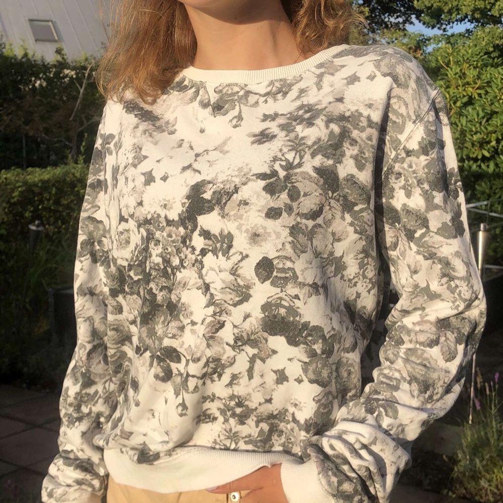 Säljer min tröja som jag älskar men inte använder längre. Tröjan är använd men fortfarande fin! Säljer den för 50, vet inte riktigt storleken för det står ej men är själv en xs/s så ni får bestämma själva. Frakt tillkommer!. Tröjor & Koftor.