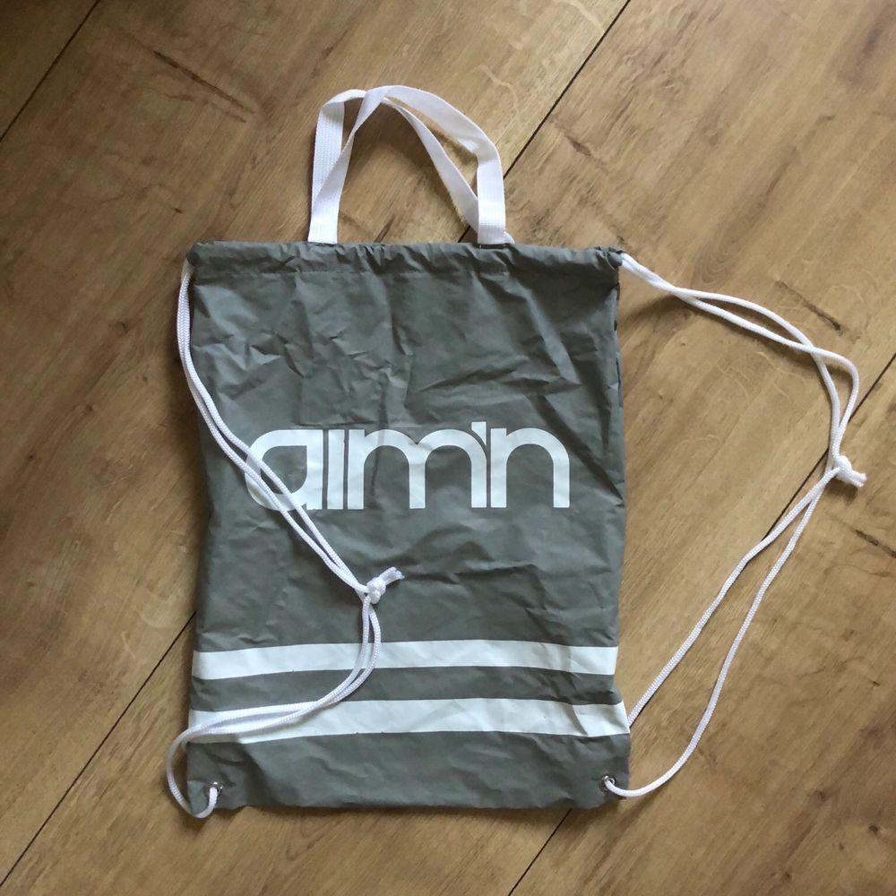 Reflective gymbag från Aim'n. Oanvänd.. Väskor.