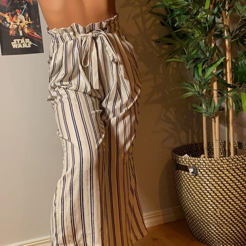 Coola randiga byxor till lite finare tillfällen. Köpare står för frakt💕. Jeans & Byxor.