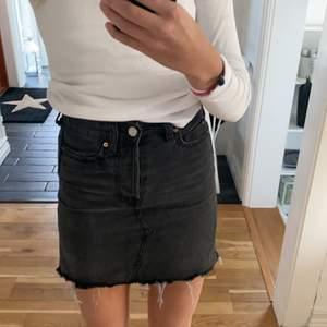 Funderar på att sälja min kjol i svart/grå färg. Väldigt snygg och i mycket bra skick. Älskar den men säljer pga för liten. Säljer för 100kr plus frakt!
