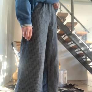 Sjukt snygga gråa byxor med svarta rutor från Monki i storlek 32 (xxs) som tyvärr är för korta för mig som är 173😔 De likar kostymbyxor och de är väldigt sköna☺️ Kan mötas upp i malmö annars står köparen för frakten☺️