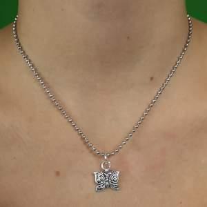 Så gulligt y2k:igt halsband med fjärilsberlock, allt material ska vara helt nickelfritt enligt leverantör. Dock bör du ej duscha eller bada med smycket på! Totalt mäter hela halsbandet cirka 40 cm. Frakt för denna ligger på 11 kr, samfraktar gärna 👍😌