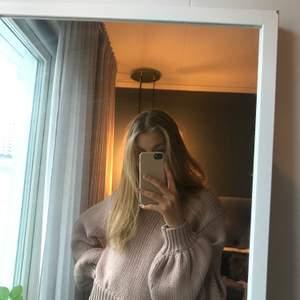 Stickad tröja med halvpolo och ballongärm från Molly Rustas X Bubbleroom. Ljusrosa/gammelrosa. Stl S, passar mig som är XS/S och 169 cm