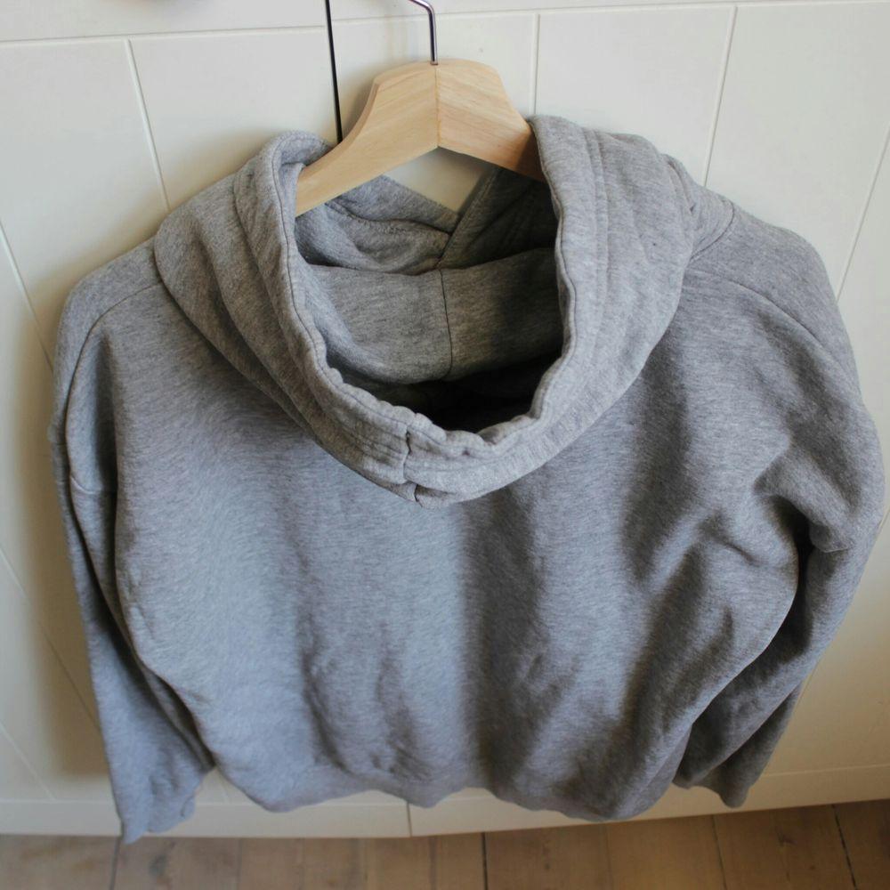 En ljusgrå hoodie, mjuk inuti och breda band att justera luvan med. Fin men för liten för mig ❤ Hör av dig vid frågor!. Huvtröjor & Träningströjor.