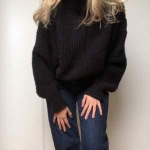Svart grovstickad polotröja. Den här tröjan är supermysig och passar perfekt nu till hösten.🍂🍁nypris 399kr