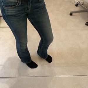 Säljer dessa sjukt snygga låg midjade jeans från crocker, super fin färg, men säljer för att de inte kommer till användning.
