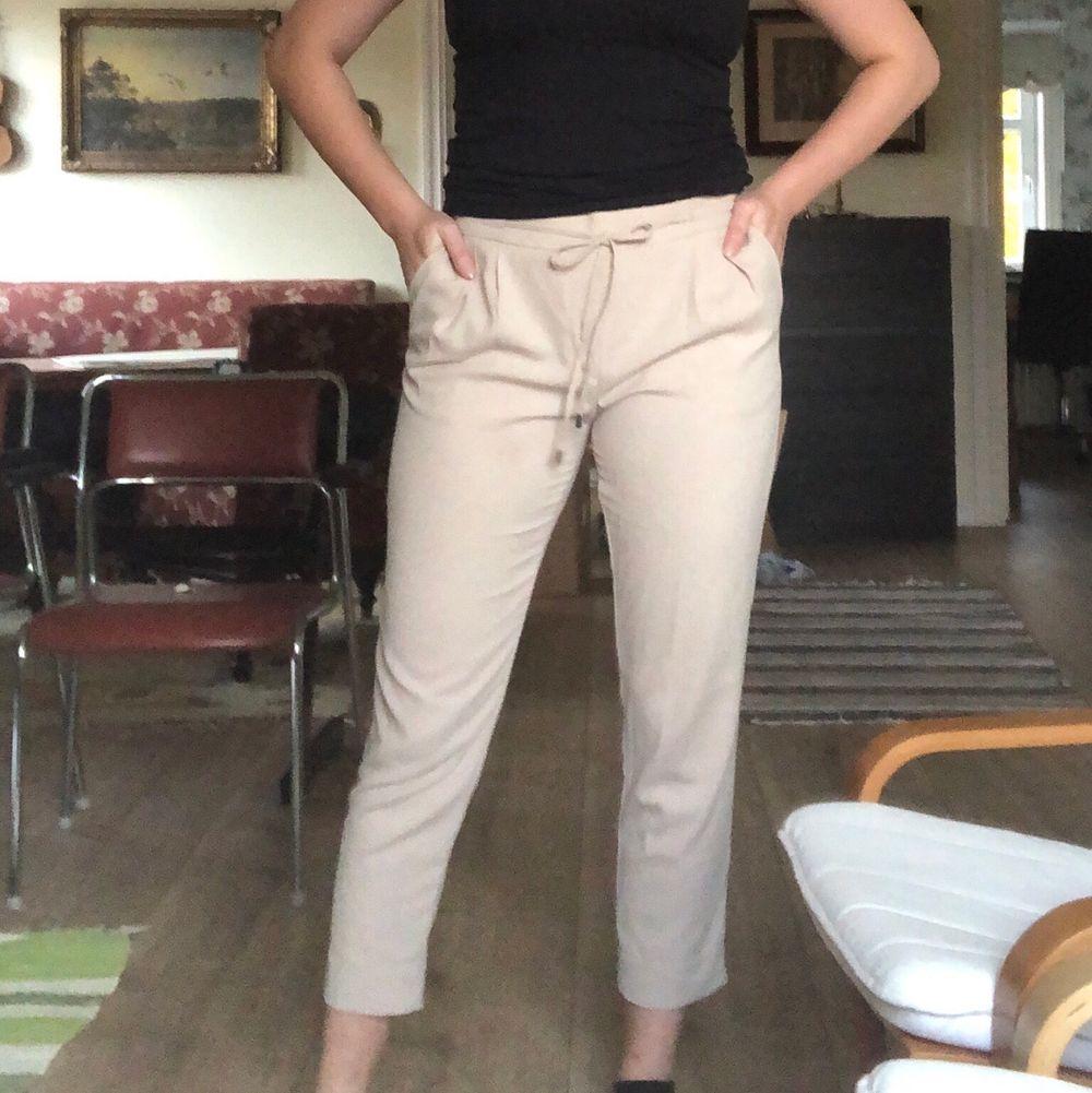Beiga kostymbyxor från Zara. Storlek M, säljer pga för små. Snygga byxor som passar både till vardags och utekväll. EJ genomskinliga😍. . Jeans & Byxor.