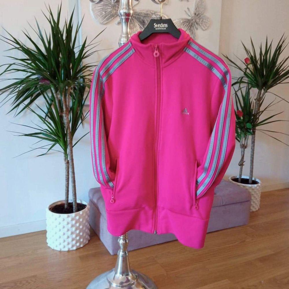 Jättefin rosa Adidas tröja, sparsamt använd och är helt i nyskick 😃 storlek L, men passar även M. Fickor med dragkedja och även 2st innerfickor 👌Finns i Västerås 🌸🌸🌸. Huvtröjor & Träningströjor.