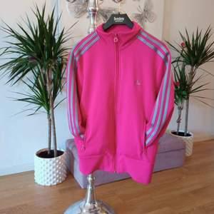 Jättefin rosa Adidas tröja, sparsamt använd och är helt i nyskick 😃 storlek L, men passar även M. Fickor med dragkedja och även 2st innerfickor 👌Finns i Västerås 🌸🌸🌸