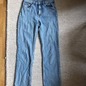 Voayage jeans från Weekday bra skick knappt använda. Ljus blå färg