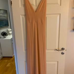 Ljusrosa lång klänning från bikbok. Aldrig använd, väldigt fint. Fraktkostnad tillkommer