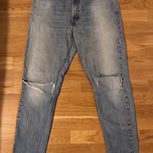 Snyggt Slitna och sköna Levi's i modell Regular fit Straight leg i storlek 32/32. Är själv 177 cm och har storlek S men de har varit perfekt baggy på mig. Är öppna i båda knäpartierna.