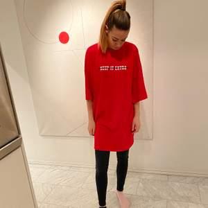 Röd tröja från Antonija Mandirs samarbete med Mad Lady strl XL. Oanvänd.
