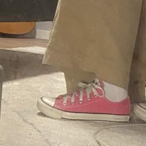 asfeta skor, finns en liten skada på dem, kan skicka tydligare bild vid intresse :) köpare betalar frakt <3