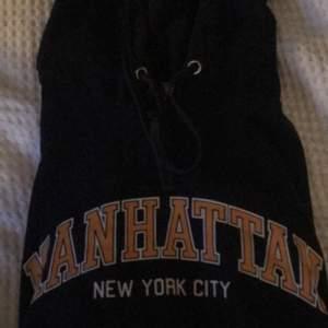 marinblå hoodie från hm, säljer för 80kr💕