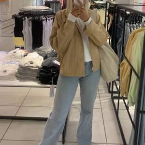 Super fin beige jacka som är använd 2-3 gånger. Super fin och skön!!