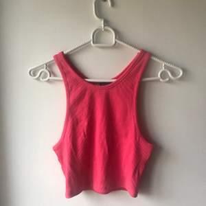 Ett jätte fint linne från zara som ej kommit till användning! Denna är perfekt till fest såsom till en fräsch outfit, härlig rosa färg och skönt material<3 storleken är M men passar även S! Frakten är inräknad i priset!