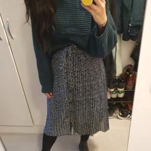 Fin blommig midi kjol från monki med knytband.