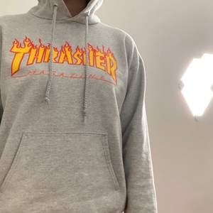 Säljer denna Trasher hoodie i storlek S men passar M. 400kr exklusive frakt som ligger på 66kr (nypris 800kr). Jag tycker den är sjukt snygg men den kommer inte till användning längre.