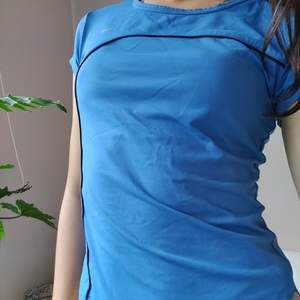 Riktigt bra skick. Skönt material och härlig klarblå färg!