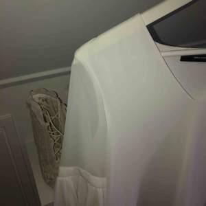 Aldrig använd blus från Vero Moda. Så snygg och klassisk men säljs då den är för liten över bysten på mig. Denna tröja till ett par kostymbyxor och klackar, även snygg till jeans,to die for!