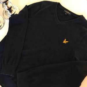 Fin Lyle &Scott tröja i bomull, marinblå. Strl S Köparen står för frakt😀