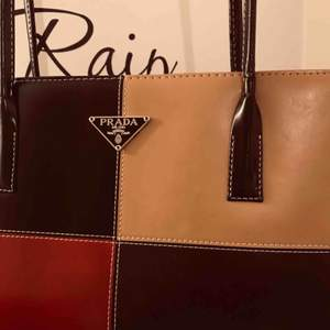 Prada väska köpt i new york, Replika. Möts eller fraktar.
