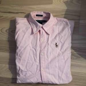 Ralph Lauren skjorta endast använd ett fåtal gånger. Nyskick! Nypris (599) Om du har frågor så tveka inte :)  Frakt ingår i priset
