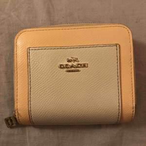 Two-tone plånbok från Coach Pre-loved, därav priset :) Möts gärna i Stockholm - annars står köparen för frakten 💗