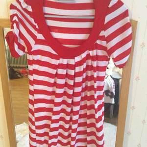 En röd vit T-shirt
