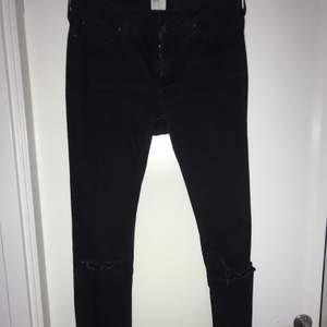 Svarta Lea byxor med hål och en slits vid insidan. Sitter inte tajt utan är lite löst vilket är snyggt.