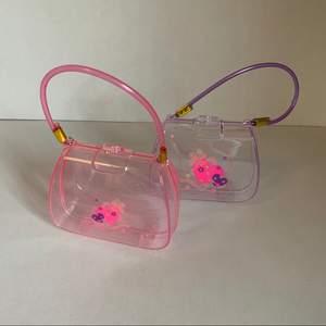 Glittriga miniväskor, 90-tal. Mått: B 10cm x H 9cm x djup 3,5cm. Handtag 21cm. Den rosa är lite trasig i gångjärnet men fungerar fortfarande felfritt.  Leksak, dekoration, förvaring eller rolig accessoarer