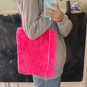 Så fin tygpåse med rosa fluff på ena sidan, den är gjort för hand, budgivning om det är många intresserade. Använd fåtal gånger så den är i nyskick🥺🥰 frakten är på 50kr