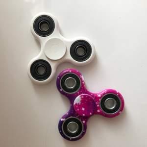 Två olika fidget spinners, den färgade köptes i Oslo 💕 60kr/st (frakt inräknat)