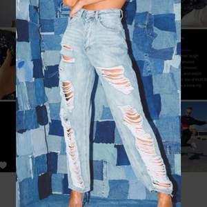 Helt nya oanvända jeans från prettylittlething. 28€ = 325kr.  M/L beroende på ifall de ska va oversized eller ej