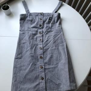 Blå/vit Hollister klänning i storlek S. Passade inte min kroppsform så säljer den nu. Frakt ingår i priset. (OBS! Kan bara skicka på helgen)