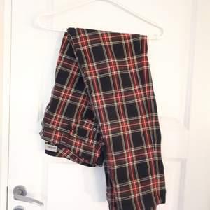 Rutiga byxor som är köpta på humana.strlk är lite oklar men dom funkar på mig som har 31 i midjan och dom är ganska långa så funkar på någon som är mellan 170-180cm, går att sy in eller använda skärp. Bra skick.