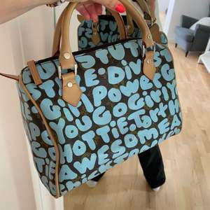 finaste väskan som liknar Louis Vuitton. Köpte på secondhand därav att jag inte vet om den är äkta. Frakt är 63kr. Buda i kommentarerna