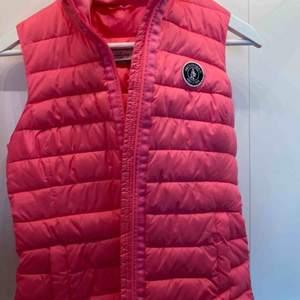 Väst i rosa neon, (färgen syns inte så bra på bilden) från abercrombie & fitch