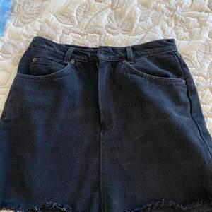 Svart Levi's kjol i jätteskönt jeanstyg. Ej säker på äkthet då den är köpt utomlands. Går ner till mitten av låren typ. Köparen står för frakt❤️