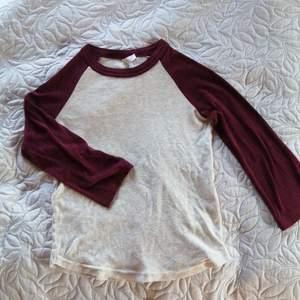 Divided basic tröja med 3/4 ärmar från H&M, oanvänd i nyskick.