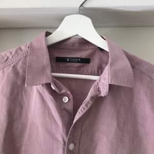 Perfekt sommarskjorta i ljuslila. Storlek M herrstorlek. Köparen står för frakt.
