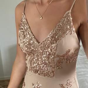 Superfin tight klänning! Använd en gång vid en avslutning. Vet tyvärr inte vilket märke det är då jag klippt av lappen 🥺 Det står M i klänningen men skulle säga att den är lite tight över rumpan så att man vet det!