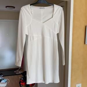 Säljer denna snygga vita festklänning. Från Nelly! Tight modell.
