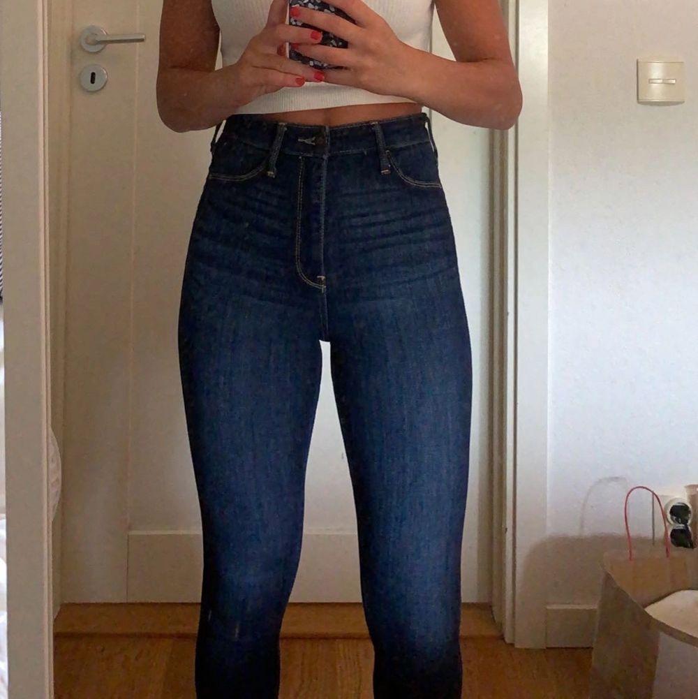 Blå tighta jeans ifrån Hollister, lite stora och långa till mig därför säljer jag dem. Bara använda fåtal gånger, fortfarande i väldigt fint skick. Storlek 25 och längd 28. Betalning sker via swish, frakten ingår ej.. Jeans & Byxor.