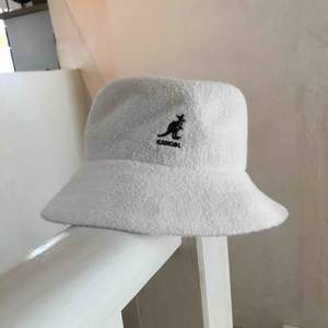 Säljer denna Kangol Bermuda bucket hat.  Hatten är i nyskick, använd kanske 2 gånger. Kan mötas upp i sthlm, alternativt skicka varan (60kr). Kommer inte att sälja under 300kr då den är i nyskick:)
