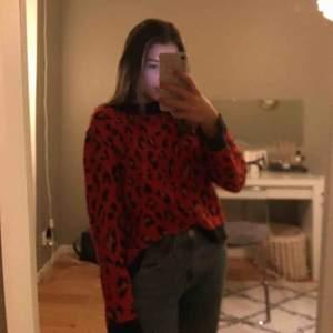 En jätte fin stickad leopard tröja från lmtd, sparsamt använd så fortfarande bra skick, köparen betalar frakt eller så möts vi upp i Sundsvall, Tar endast Swish!