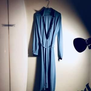Knälång klänning köpt secondhand!