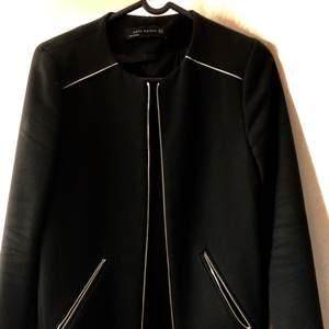 Snygg populär kappa ifrån Zara i stl XS, snygga gulddetaljer.