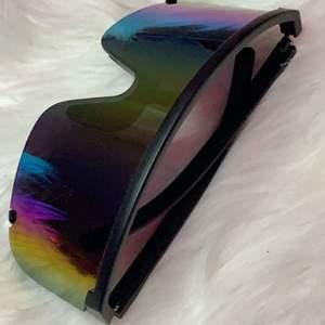 köpte i london för $70 (700kr ish) av nått populärt solglasögons märke i london. påminner mig om nicki minajs solglasögon. buda